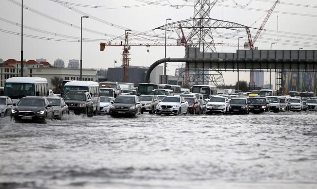 За да се спаси от жегите, ОАЕ създава изкуствен дъжд