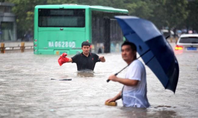 На прага на смъртта в Китай: Блокирани от вода в метро чакали най-лошото