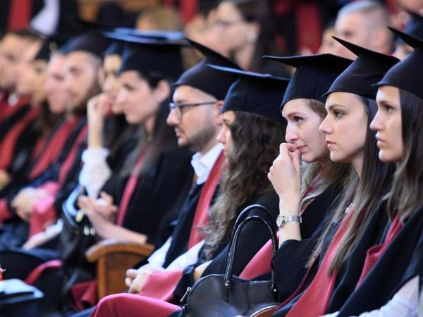 През следващите години броят на завършилите висше образование български граждани