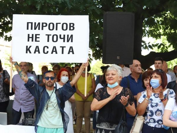 """Медици от """"Пирогов"""" изпълниха заканата си и излязоха на протест"""