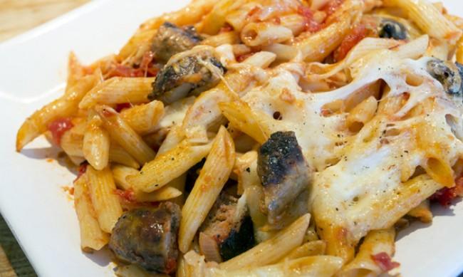 Рецептата Dnes: Печена паста с наденица и моцарела