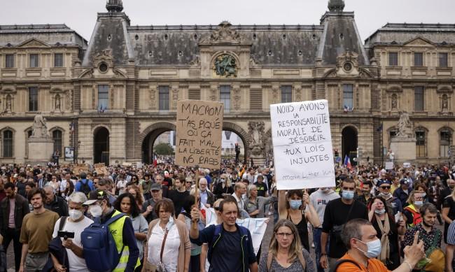 Заради ваксините: Сблъсъци между протестиращи и полиция в Париж