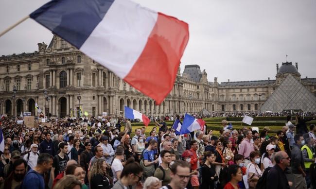 Във Франция ще пускат в ресторант само с имунизация