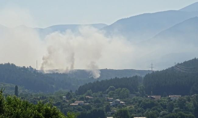 Пожарът край Дупница не е потушен