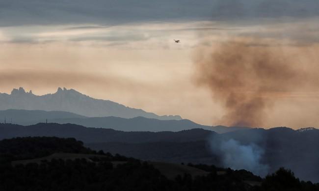 Евакуираха стотици в Испания заради горящите трети ден пожари