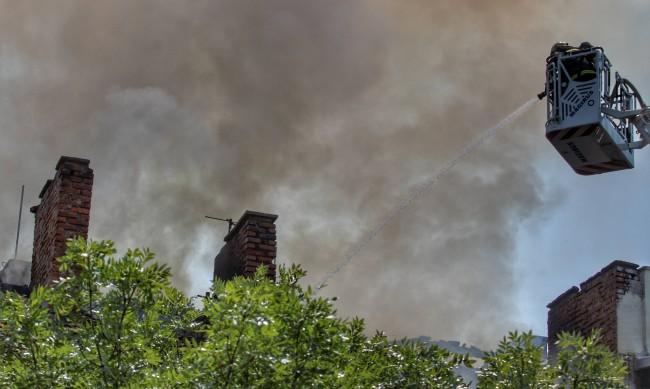 Овладян е пожарът в центъра на София