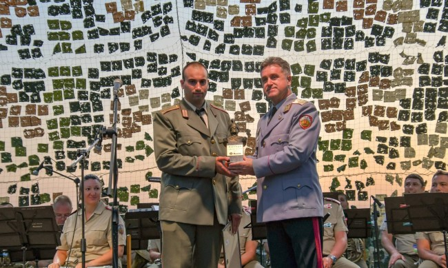 """ЗАД """"Армеец"""" награди най-добрия випускник на Националния военен университет"""