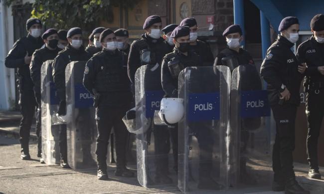 Трима загинали след престрелка в центъра на Истанбул