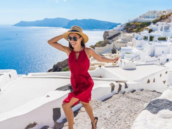 Александра Раева обикаля с яхта гръцките острови. Чаровната телевизонна водеща