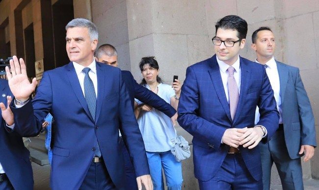 Премиерът Янев, Пеканов и Кирил Петков при депутатите