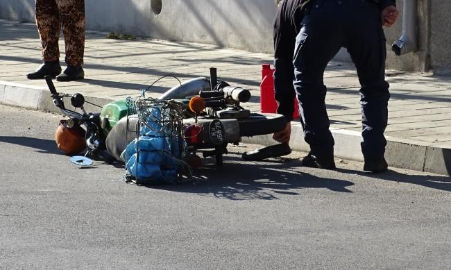 Кола помете мотопед, мъж с опасност за живота