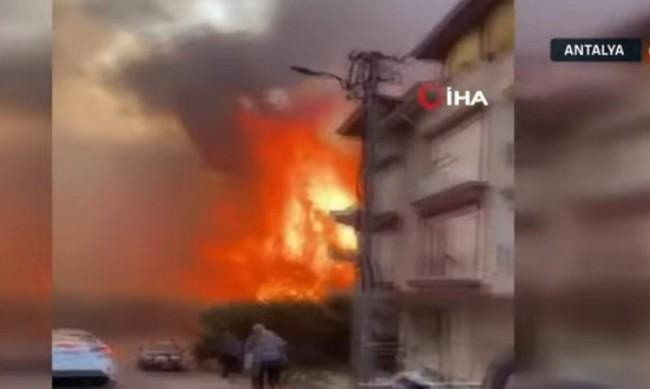 Голям пожар бушува в турския окръг Анталия