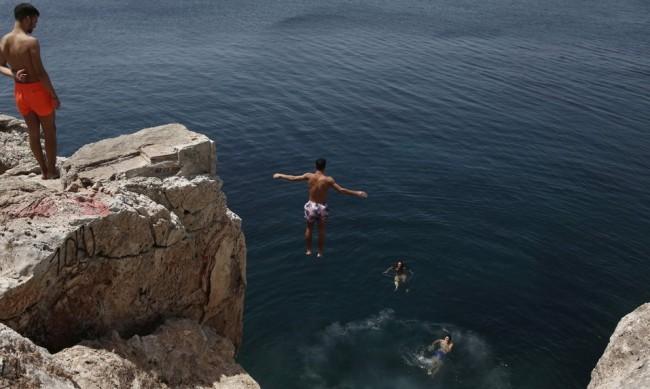 Жеги до 44°, фирми масово пускат служителите в отпуск в Гърция