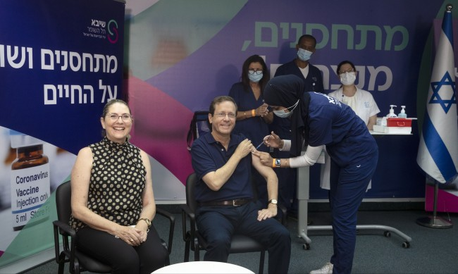 Президентът на Израел Херцог си сложи трета доза ваксина
