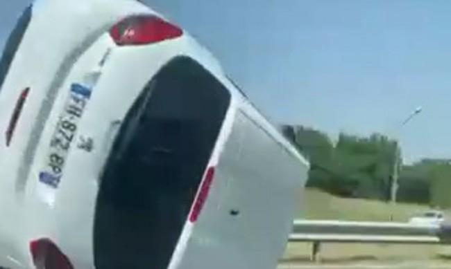 Кола падна от платформа и се обърна на околовръстното