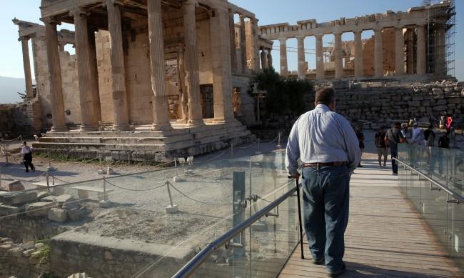 Новата вълна на COVID-19 залива Гърция