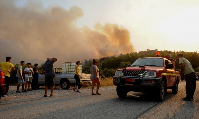 Близо 60 пожара пламнали в Гърция за последните 24 часа