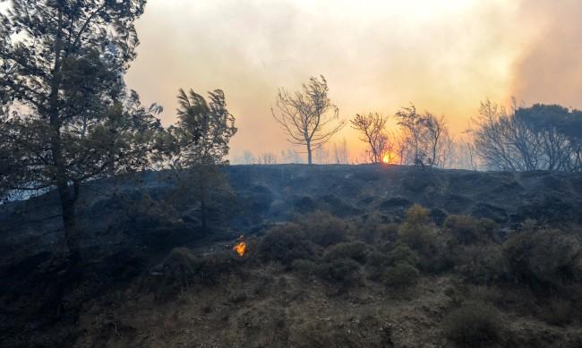 Овладяха пожара на Родос, жега още две седмици