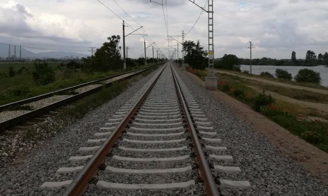 Влакове се движат със закъснение заради жегите