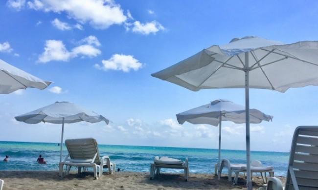 На плажа чадърите и шезлонгите били много, но туристите още повече