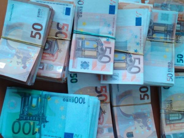 Митнически служители намериха 250 000 недекларирани евро в хладилен товарен