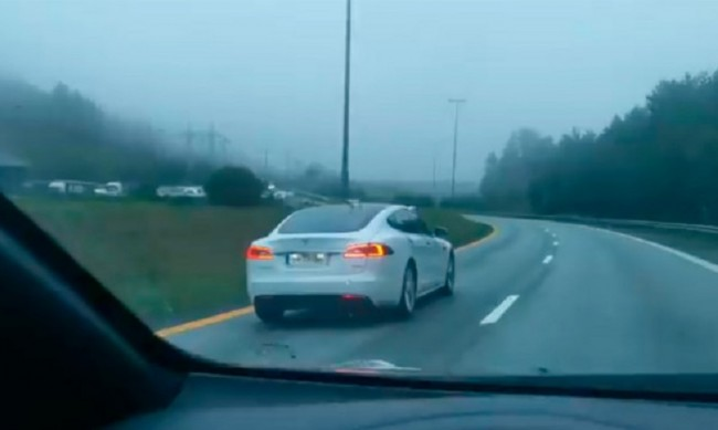 Пиян норвежец заспа зад волана на движеща се Тесла