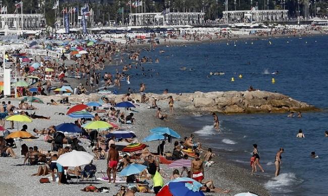 Посред лято: Връщат маските по френски курорти