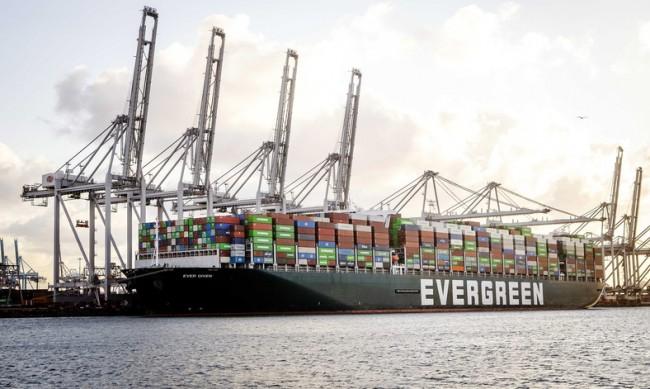 Заседналият в Суецкия канал кораб акостира на британския бряг