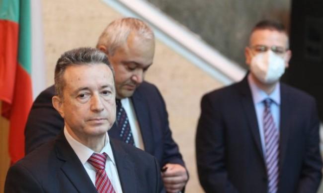 Правителството пита КС за освобождаването на главния прокурор