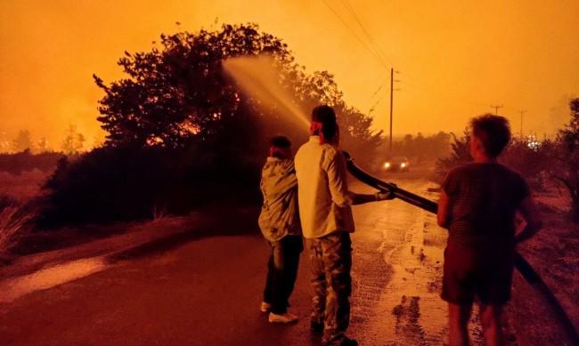 Балканите горят: Жертви, изпепелени къщи и гори, евакуирани...