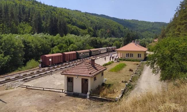 БДЖ пуска допълнителен нощен влак от София до Бургас