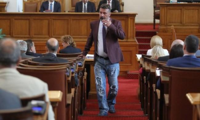 Филип Станев в НС със скъсани дънки, забраниха му подобно облекло