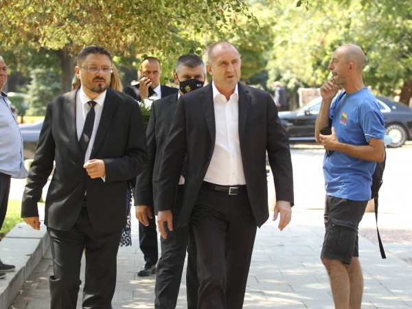 Снимка: Димитър Кьосемарлиев, Dnes.bgПолитици, общественици, колеги и приятели се стекоха