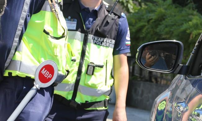 Мним полицай прави проверки на пътя с униформата на баща си