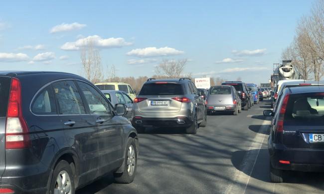 Входът на Бургас е блокиран от коли заради ограничение на пътя
