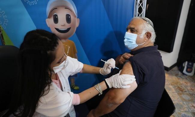 Трета доза ваксина в Израел за хората над 40 г. и учителите
