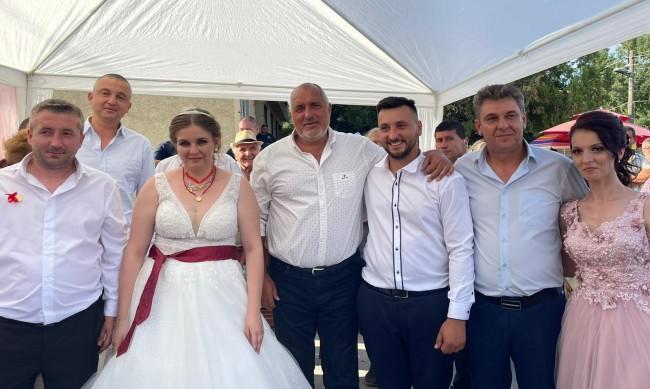 Борисов на сватба: Искат петия и шестия да направят кабинет, ама те да не участват