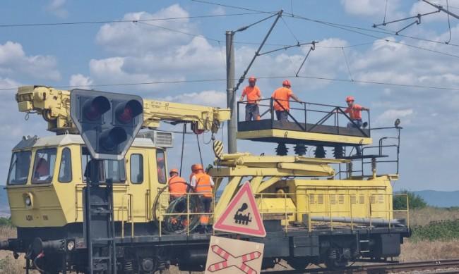 Екипи още възстановяват контактната мрежа след влаковата катастрофа