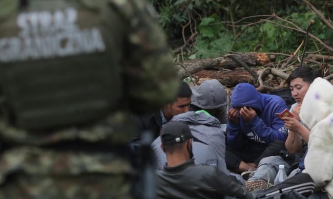 Хиляди мигранти в капан между границата на Полша и полицията на Беларус