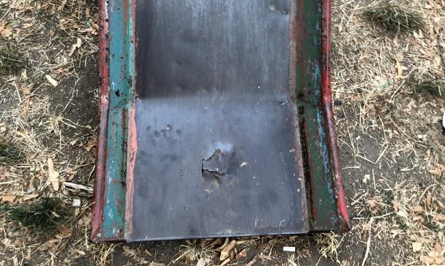 """Изгнили пързалки, счупени пейки... Община """"Красно село"""" не прави нищо за детска площадка"""