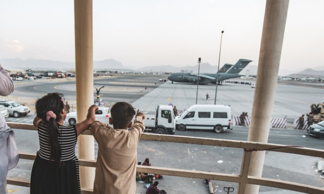 След заплахата от терор в Кабул: Текат последни евакуации