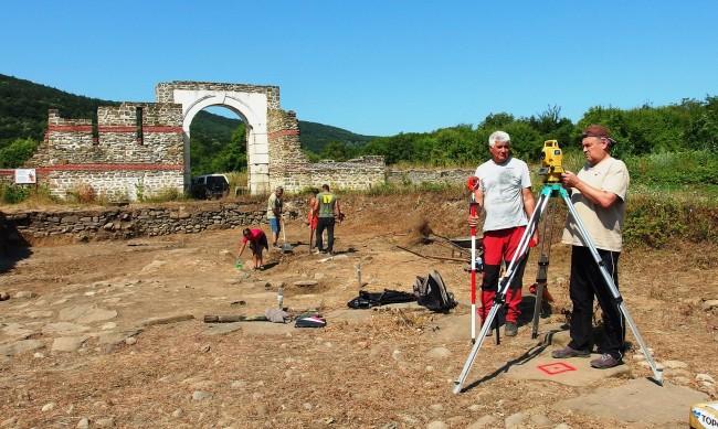 Археолози от НИМ откриха милиарна колона до Троян