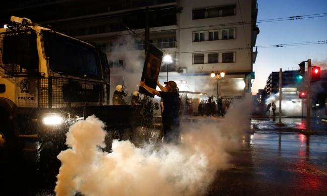 Сблъсъци между полиция и протестиращи срещу задължителните ваксини в Атина