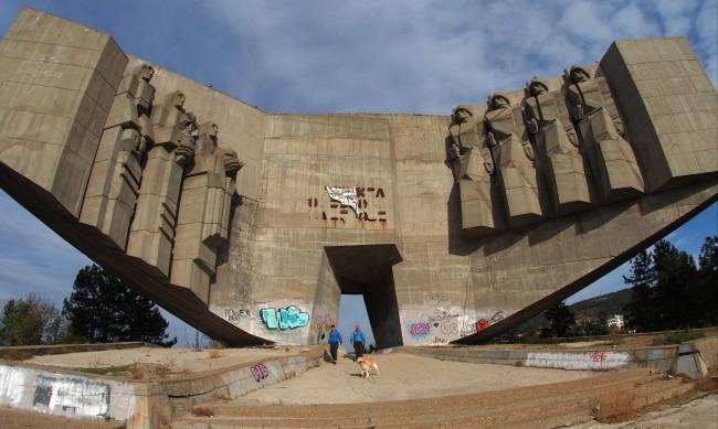 TikTok опасна мода: Младежи се качват на върха на паметник във Варна