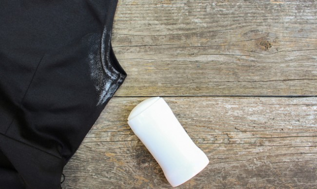 Лесно премахване на петна от дезодорант от дрехите