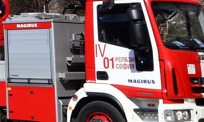 Гасиха пожар във вагон на пътнически влак в Перник