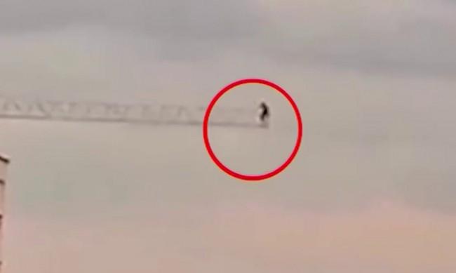 Мъж се покачи на 36-метров кран, за да си прави селфи