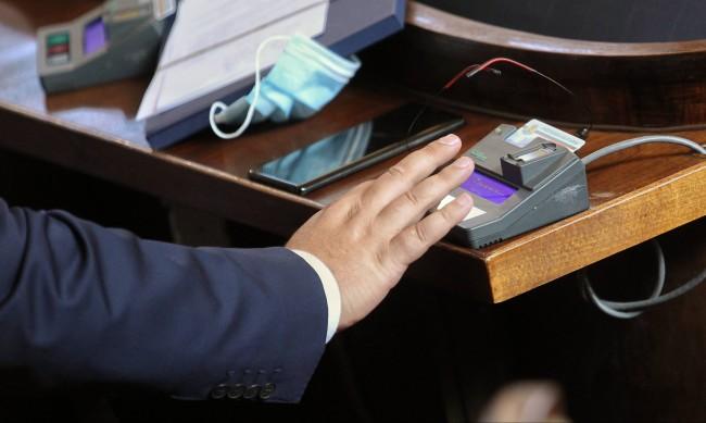 Депутатите увеличиха парите за НЗОК със 105 млн. лева