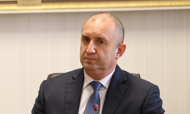 Радев е определил кой ще поеме постовете на Петков и Василев?