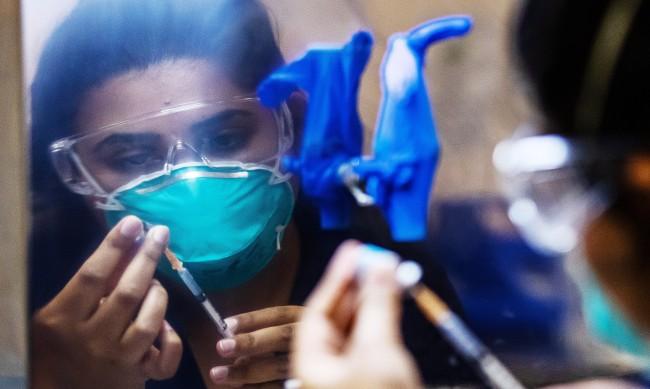 3000 неваксинирани здравни работници без работа във Франция
